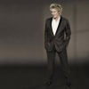 Rod Stewart signs with Universal Music